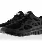 nike run 2 triple black